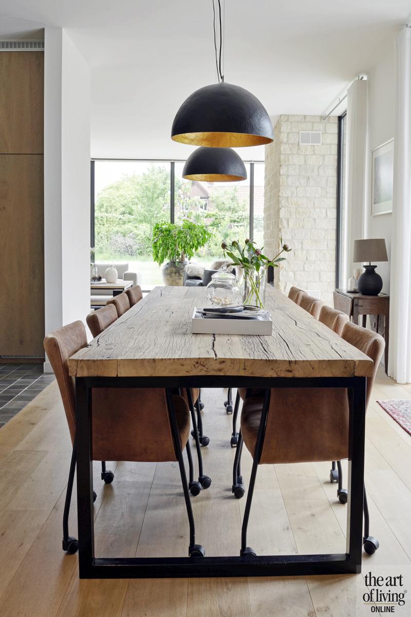 Eettafel, houten tafel, natuurlijke materialen, grote ramen, woning in L-vorm, VVR Architecten