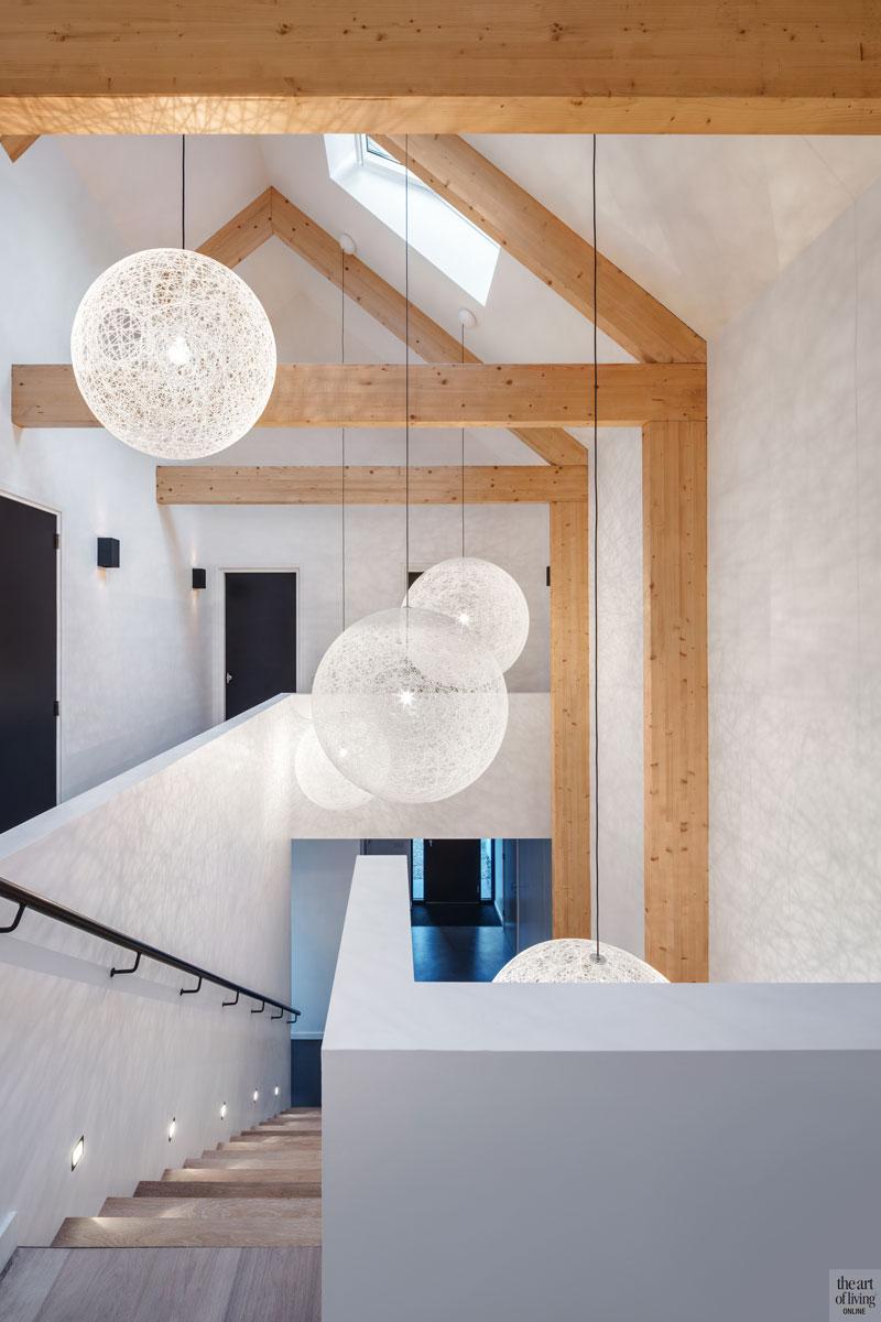 Hal, eikenhout, balken, houten trap, contrast, betonvloer, verlichting, moderne duinvilla, BNLA architecten