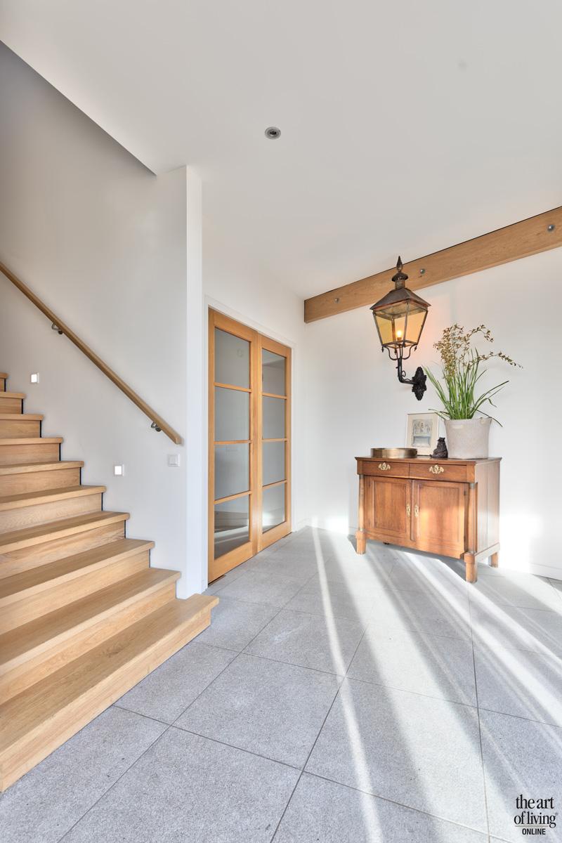 Entree, hal, trap, houten trap, Trappenfabriek Vermeulen, woning in L-Vorm, VVR Architecten