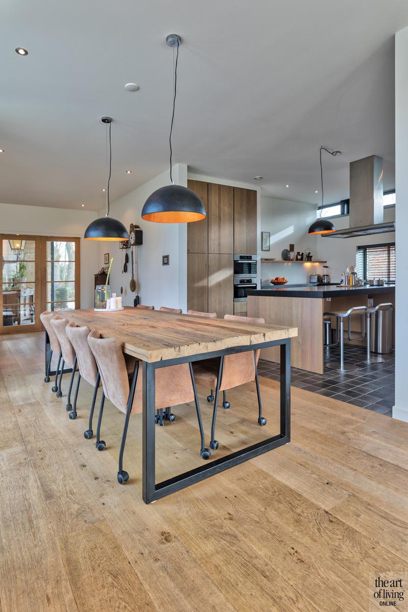 Ruime leefkeuken, Jansen Keukens, natuurlijke materialen, eettafel, verlichting, houten vloer, woning in L-vorm, VVR Architecten