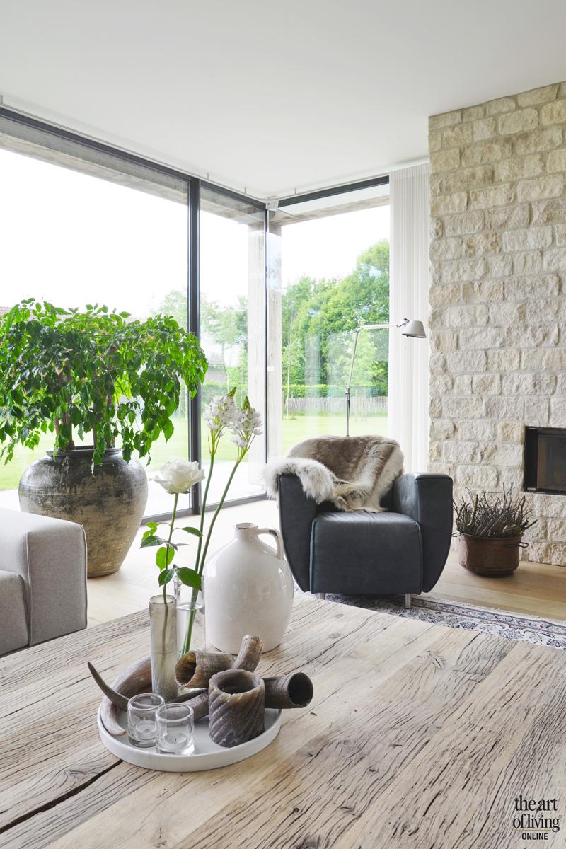 Woonkamer, living, grote ramen, open haard, woning in L-vorm, VVR Architecten