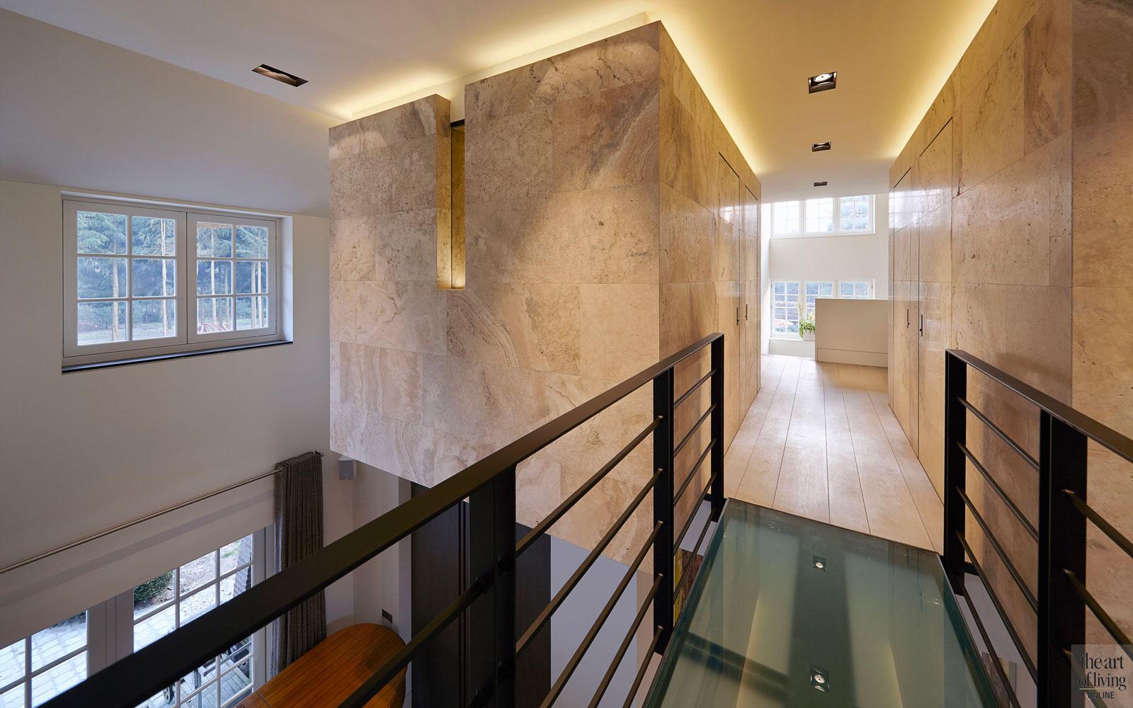 Bovenverdieping, natuursteen, glas, bruggetje, lichtstraat, balustrade, ledverlichting, oud ontmoet nieuw, VVR Architecten