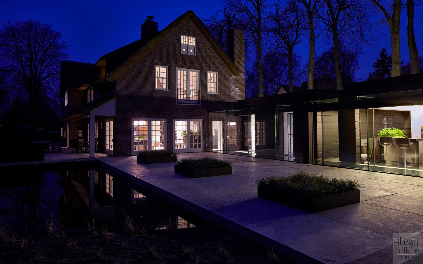 PVD Verlichting, terras, water, veel ramen, glas, oud ontmoet nieuw, VVR Architecten