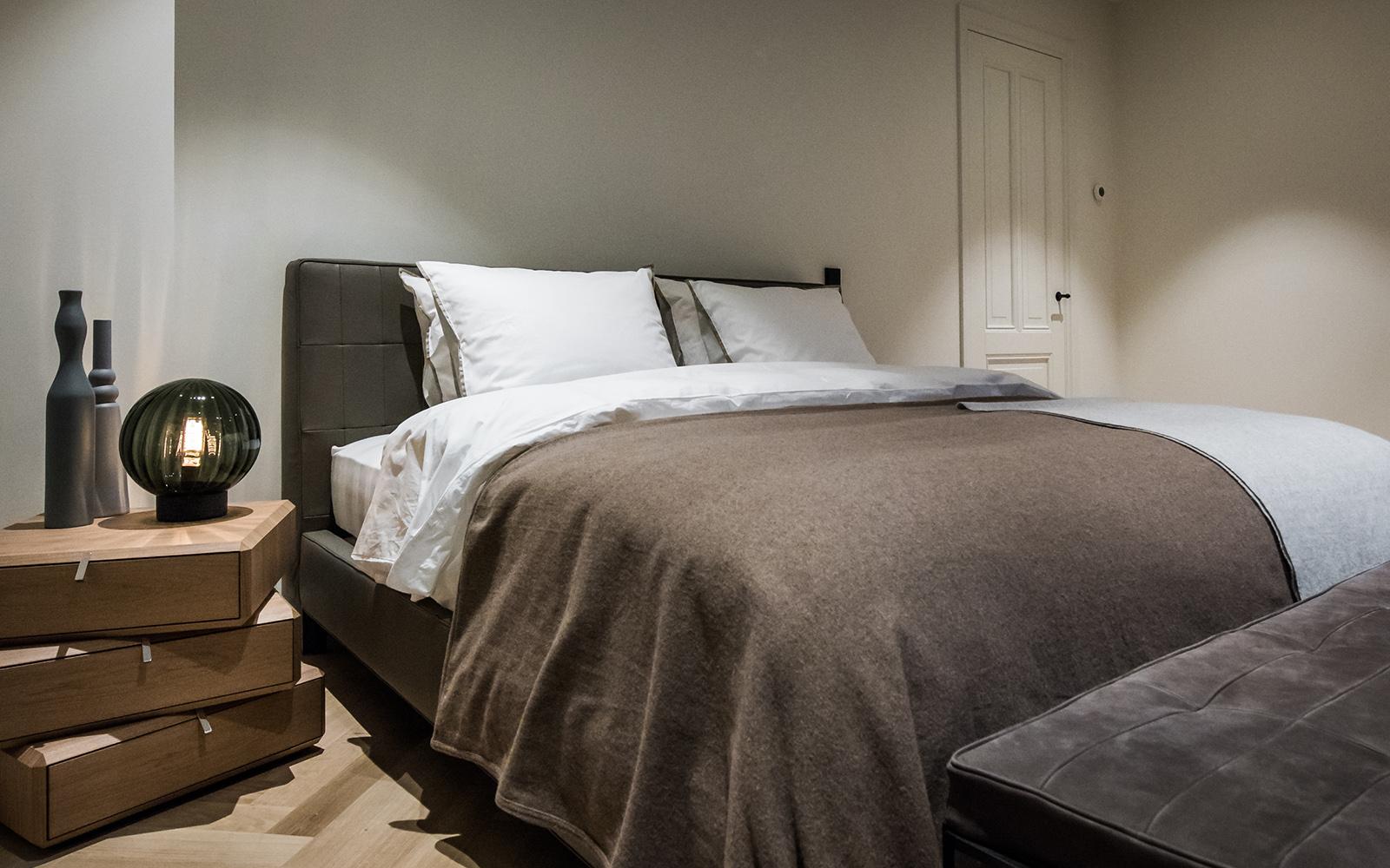 Slaapkamer, bedroom, bed, nachtkastje, studio co, co van der horst, broersma makelaardij, Zuiver Vastgoed