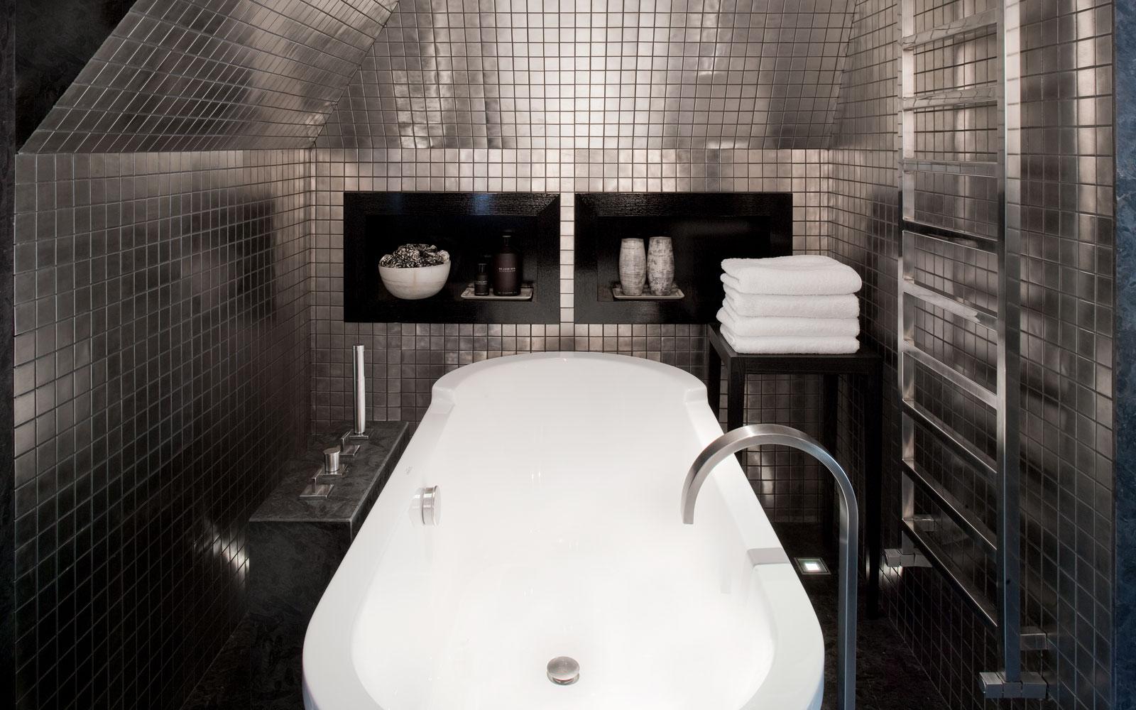 Badkamer, wellness, badkuip, vrijstaand bad, kraan, tegelwand, riante villa, Leeflang Architectuur