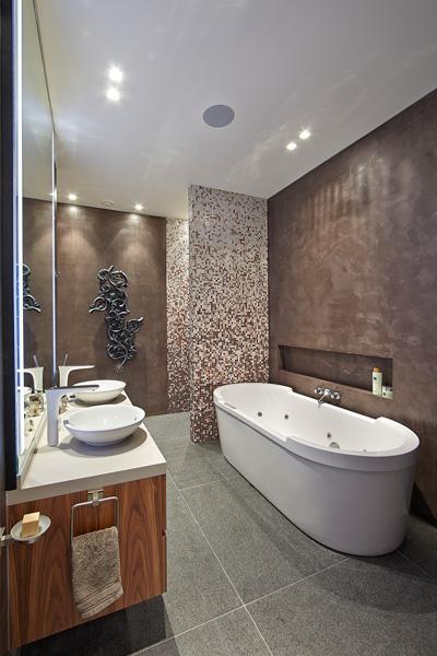 Badkamer, sanitair, donkerbruin earthstuc, bisazza mozaiek, wastafel, bad, inloopdouche, Powerhouse Company