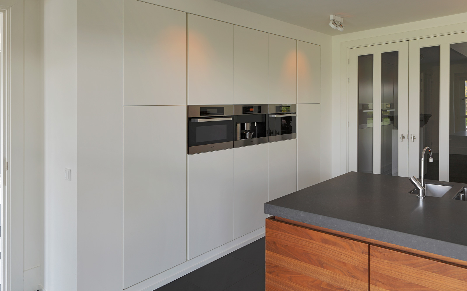 Keuken, Van den Berg keukens en maatmeubilair, matwerk keuken, hout, leefkeuken, lichtinval, ruimte, hedendaags landhuis, Marco Daverveld