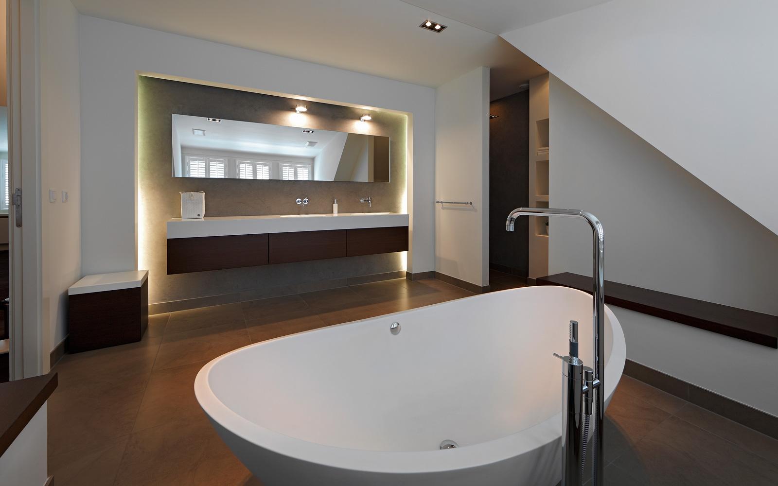 Badkamer, bad, vrijstaand bad, sanitair, wastafel, spiegel, hedendaags landhuis, Marco Daverveld