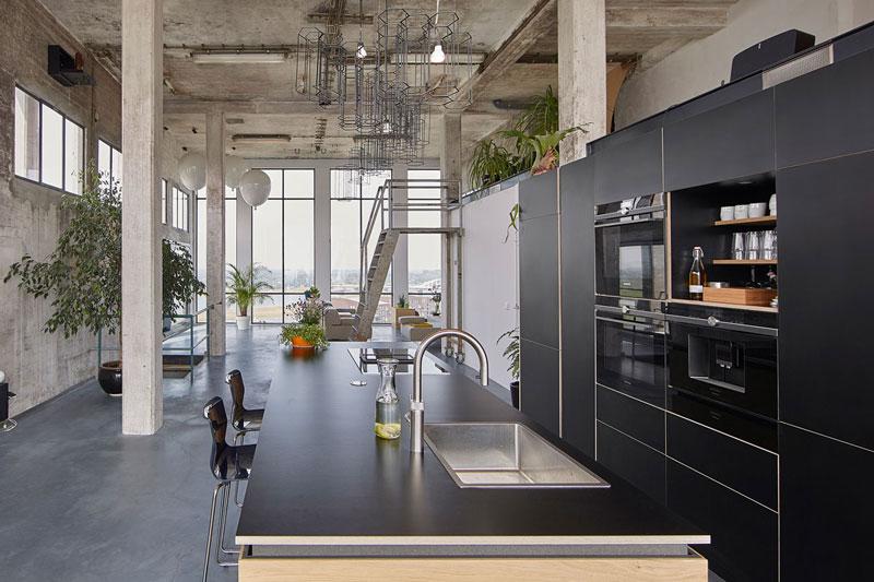 Bijzonder appartement, Sfeerbeton, betonnen vloer, grijze vloer