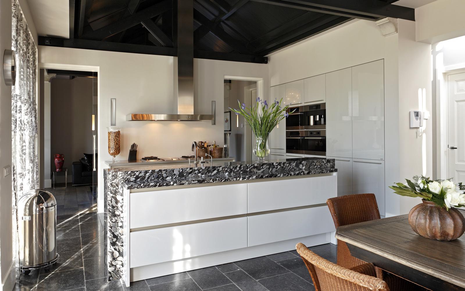 Keuken, Aswa Keukens, kookeiland, marmeren blad, ruime keuken, kookeiland, open haard, inloopkoelkast, Franse villa, Hertroijs Architekten