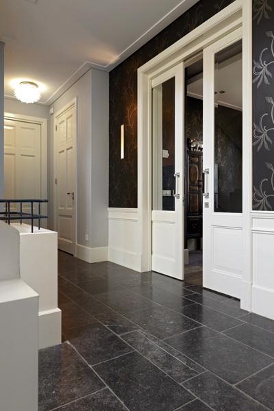 Hal, schuifdeuren, en suite, tegelvloer, houten deuren, Franse villa, Hertroijs Architekten