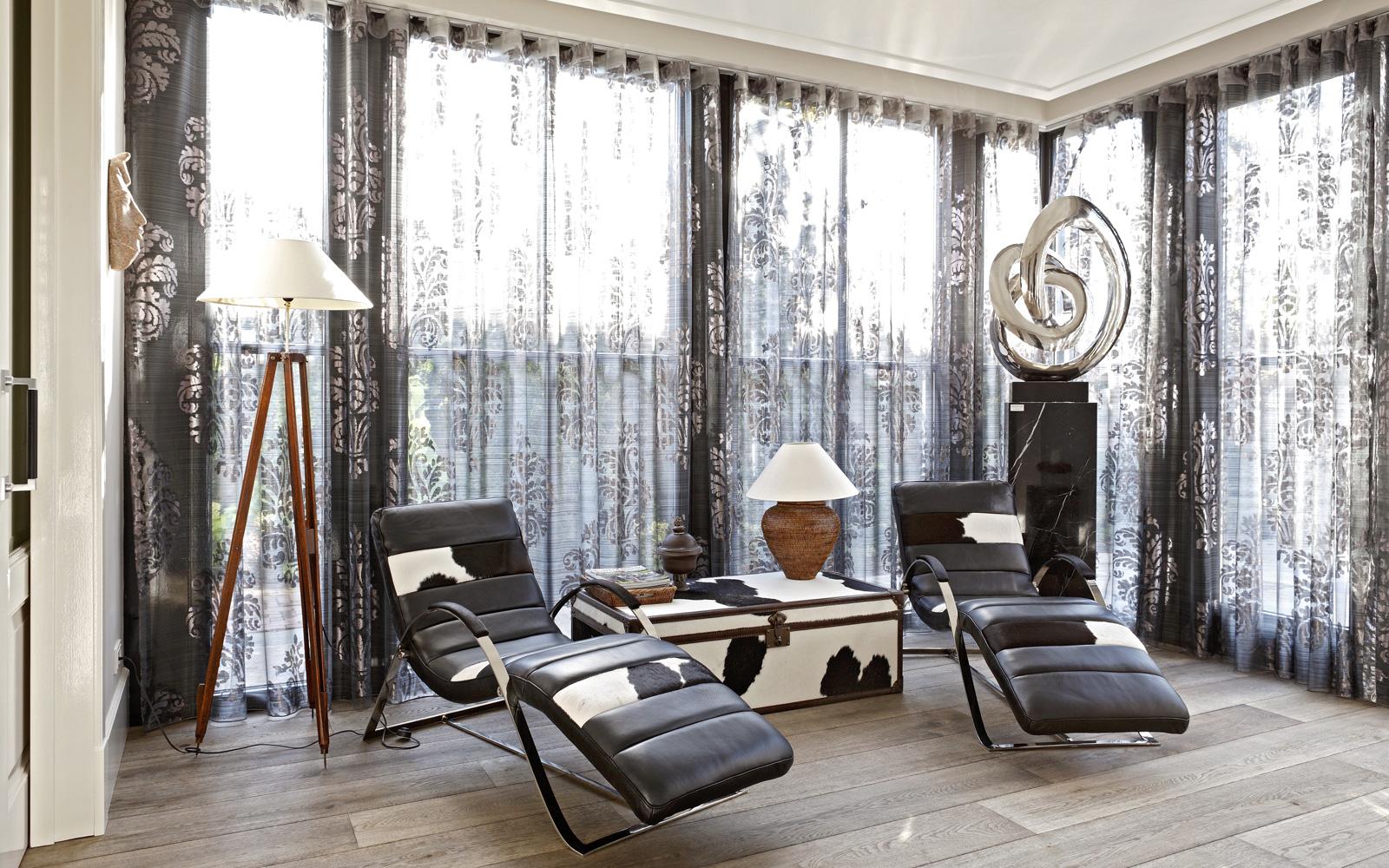 Lounge chair, stoelen, ontspannen, vitrage, koeienhuid, houten vloer, parket, Franse villa, Hertroijs Architekten