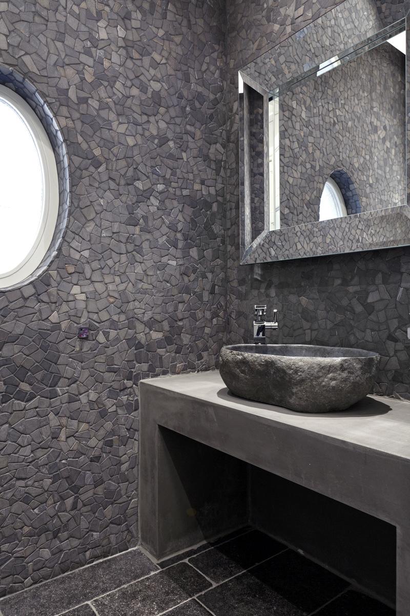Badkamer, sanitair, natuursteen muur, tegelwand, wastafel, spiegel, Franse villa, Hertroijs Architekten