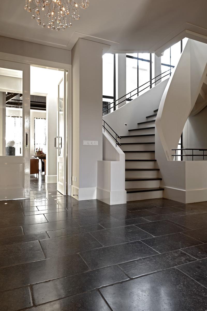 Hal, trap, zwevende trap, entree, tegelvloer, grote ramen, veel licht, Franse villa, Hertroijs Architekten