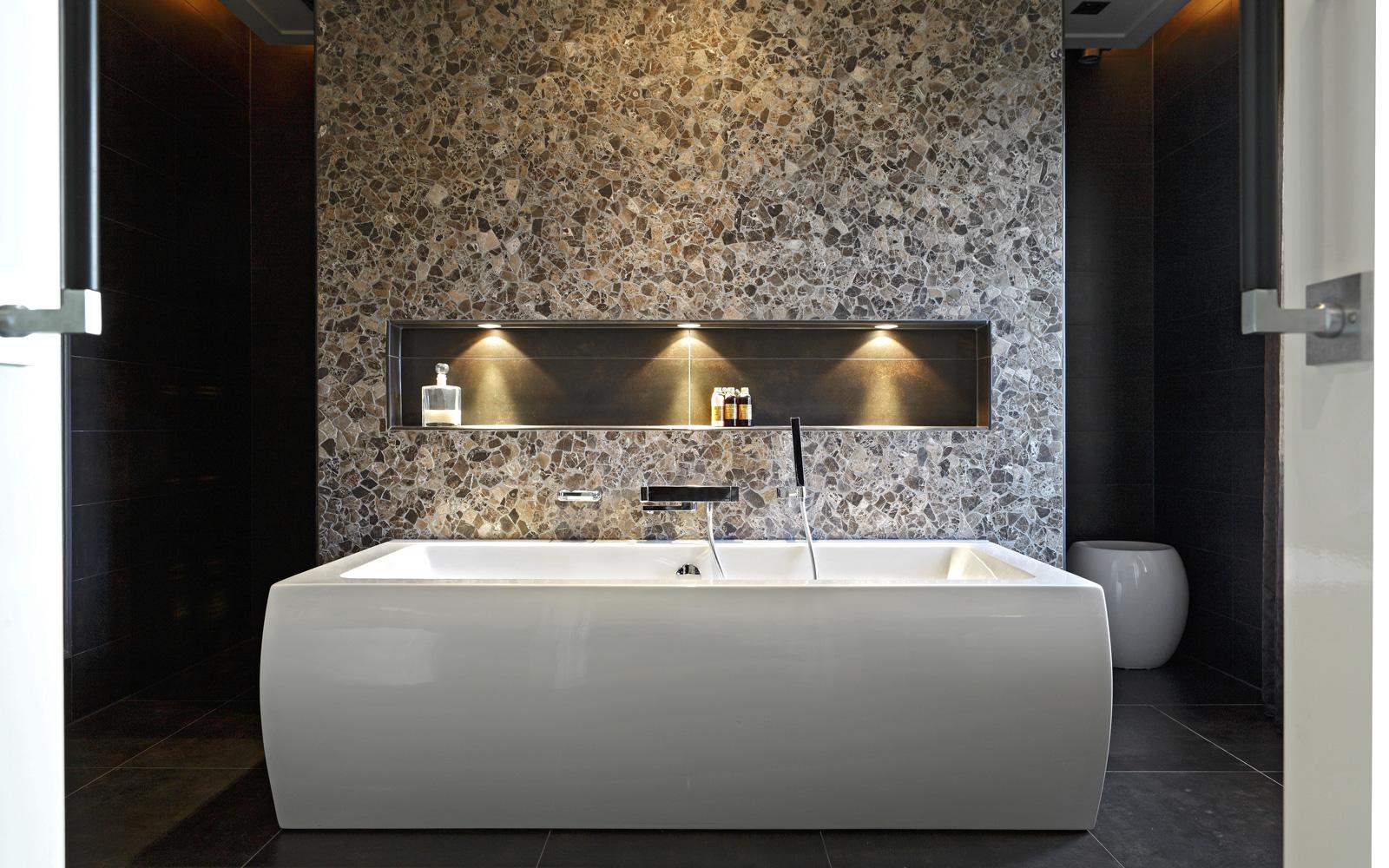 Badkamer, bad, vrijstaand bad, bijzondere muur, tegelwand, natuursteen, Franse villa, Hertroijs Architekten