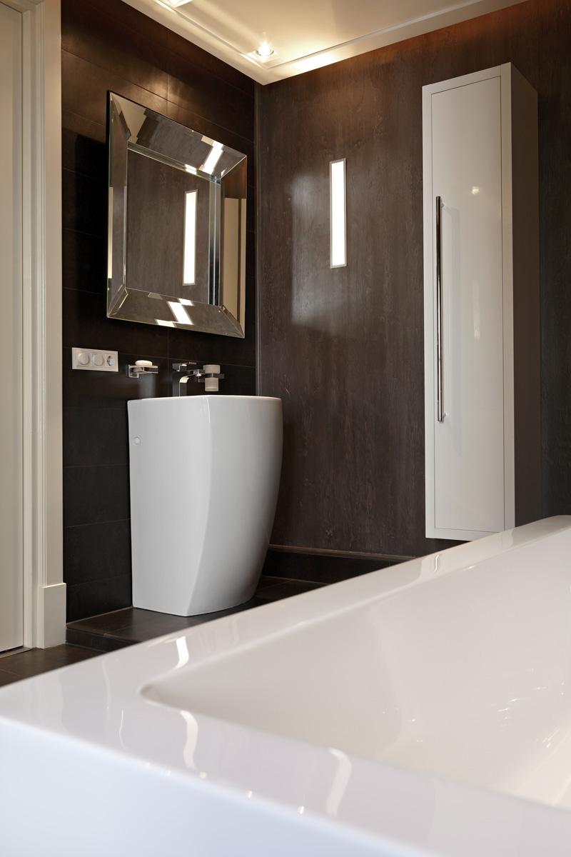 Badkamer, sanitair, bad, wastafel, tegelvloer, grote spiegel, Franse villa, Hertroijs Architekten