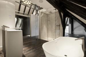 Badkamer, bad, douche, mozaïek, bisazza, houten vloer, landelijk, modern