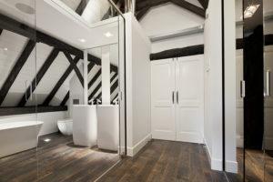 Badkamer, wastafels, spiegel, houten vloer, sanitair, agape, landelijk, modern