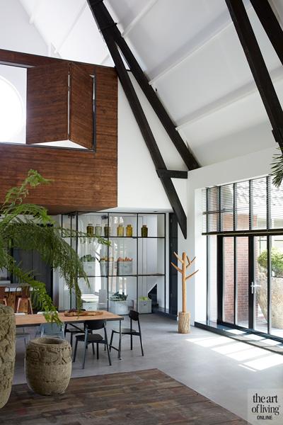 Ruimtelijk, woonkamer, eettafel, gietvloer, natuurlijk licht, woning in kerk, Osiris Hertman