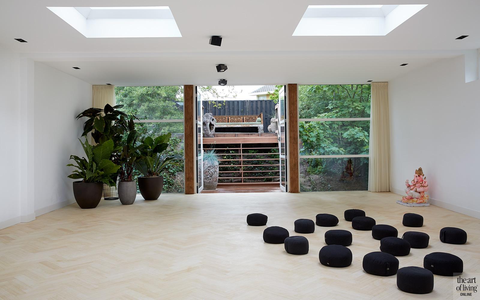 Yogaruimte, bamboe vloer, grote ramen, planten, dakramen, lichtkoepel, woning in kerk, Osiris Hertman