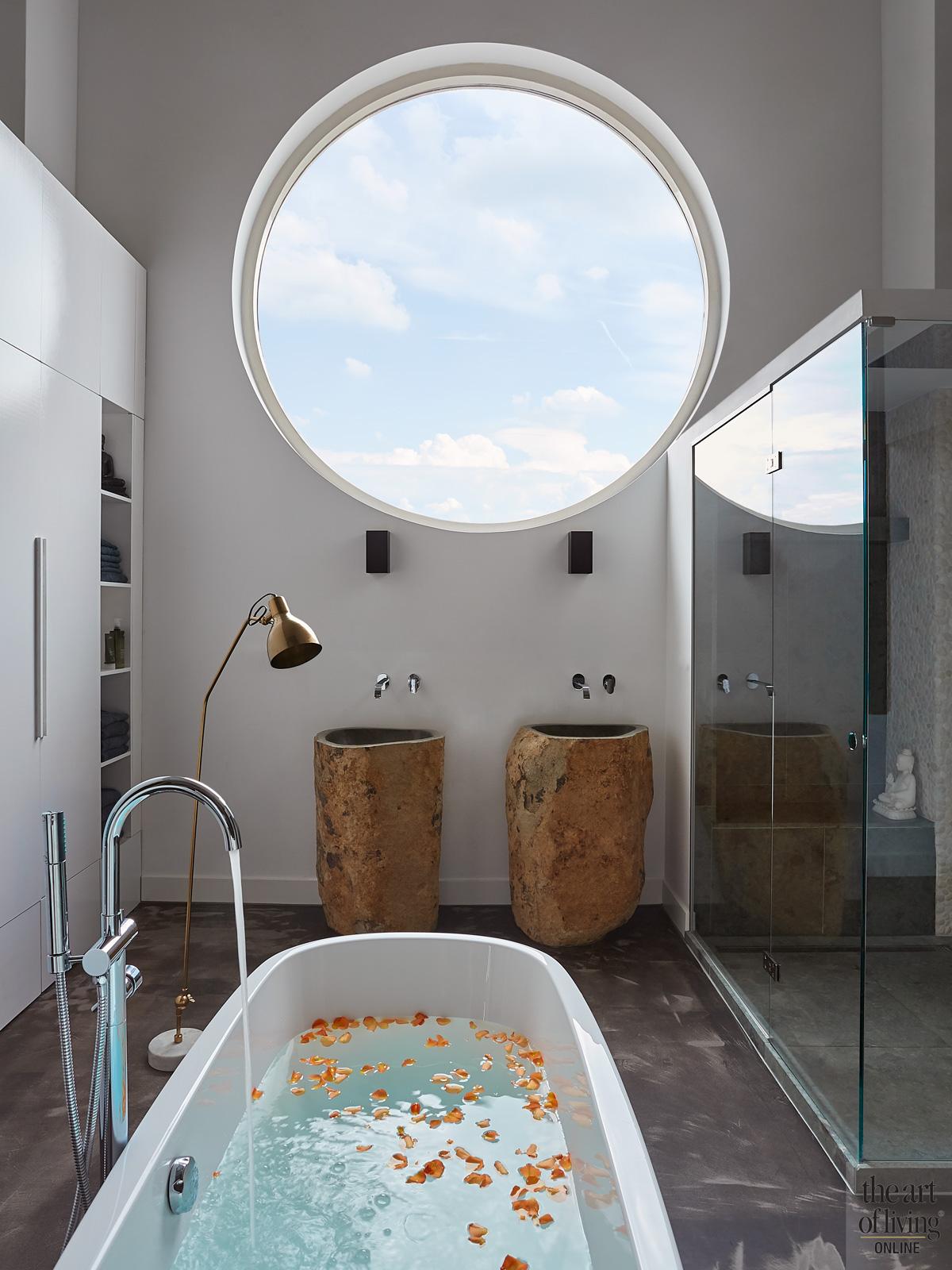 Badkamer, groot raam, vrijstaand bad, natuurlijk licht, wastafel, groene natuursteen, woning in kerk, Osiris Hertman