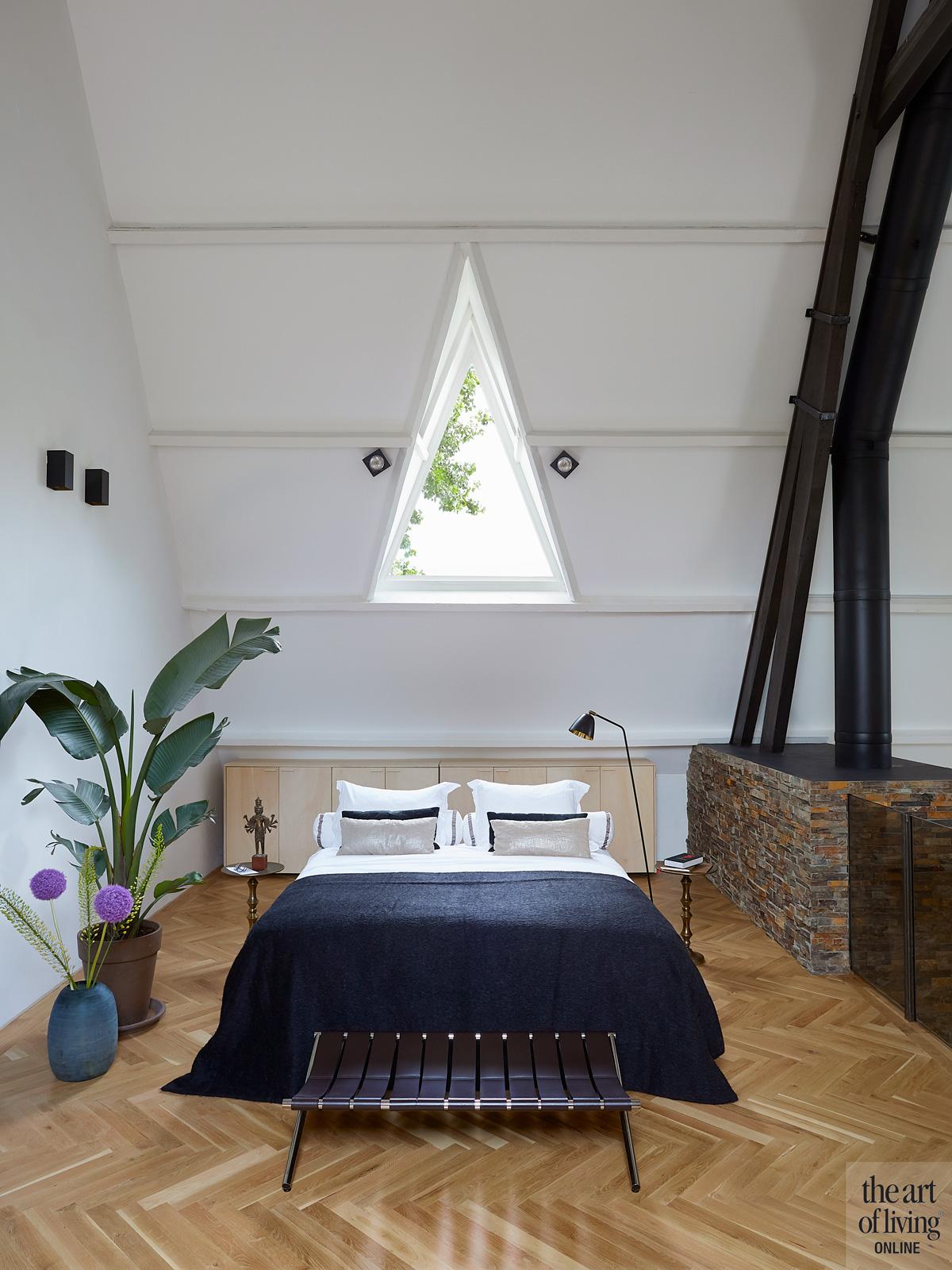 Slaapkamer, master bedroom, bed, schuine wand, houten vloer, parket, woning in kerk, Osiris Hertman