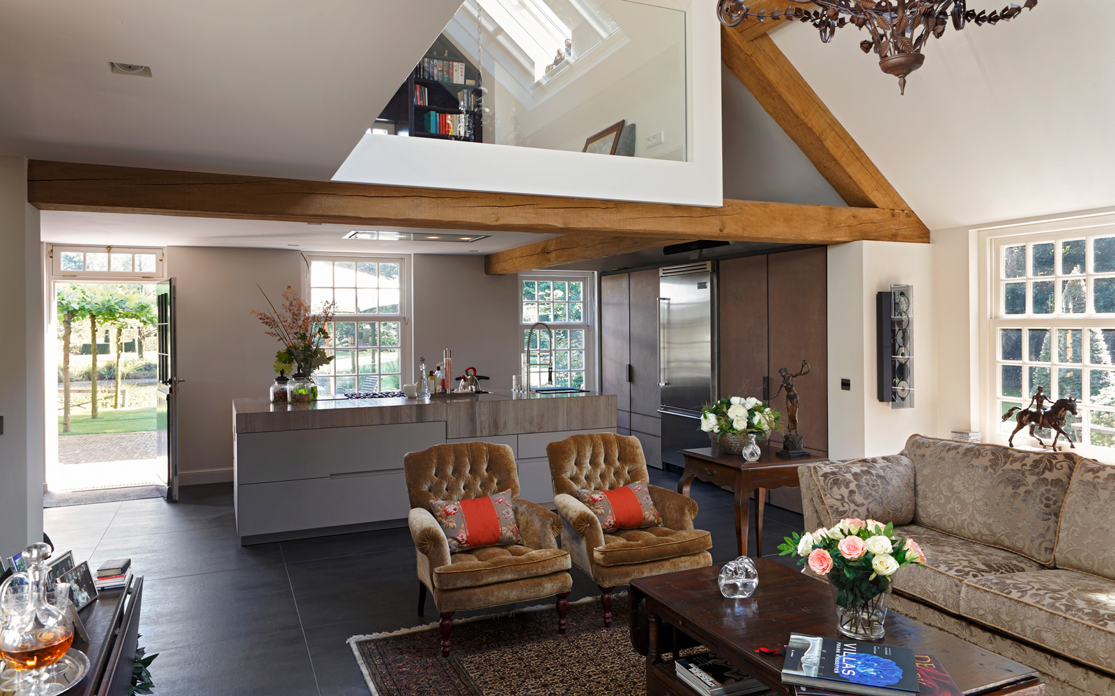 Woonkamer, living, vide, veel licht, houten balken, natuurlijke materialen, keuken, Culimaat, verbouwing woonboerderij, Marco Daverveld