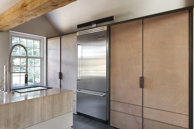 Keuken, Culimaat, prijswinnend ontwerp, Global Kitchen Design Awards, ijzer, leer, natuurstenen werkblad, verbouwing woonboerderij, Marco Daverveld