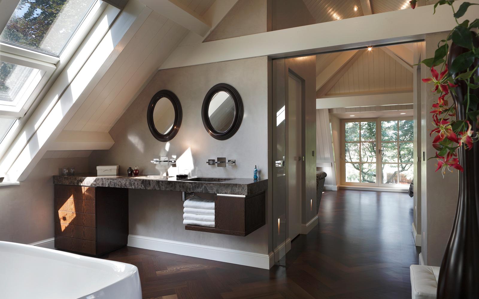 Badkamer, sanitair, ronde spiegels, wastafel, bad, verbouwing woonboerderij, Marco Daverveld