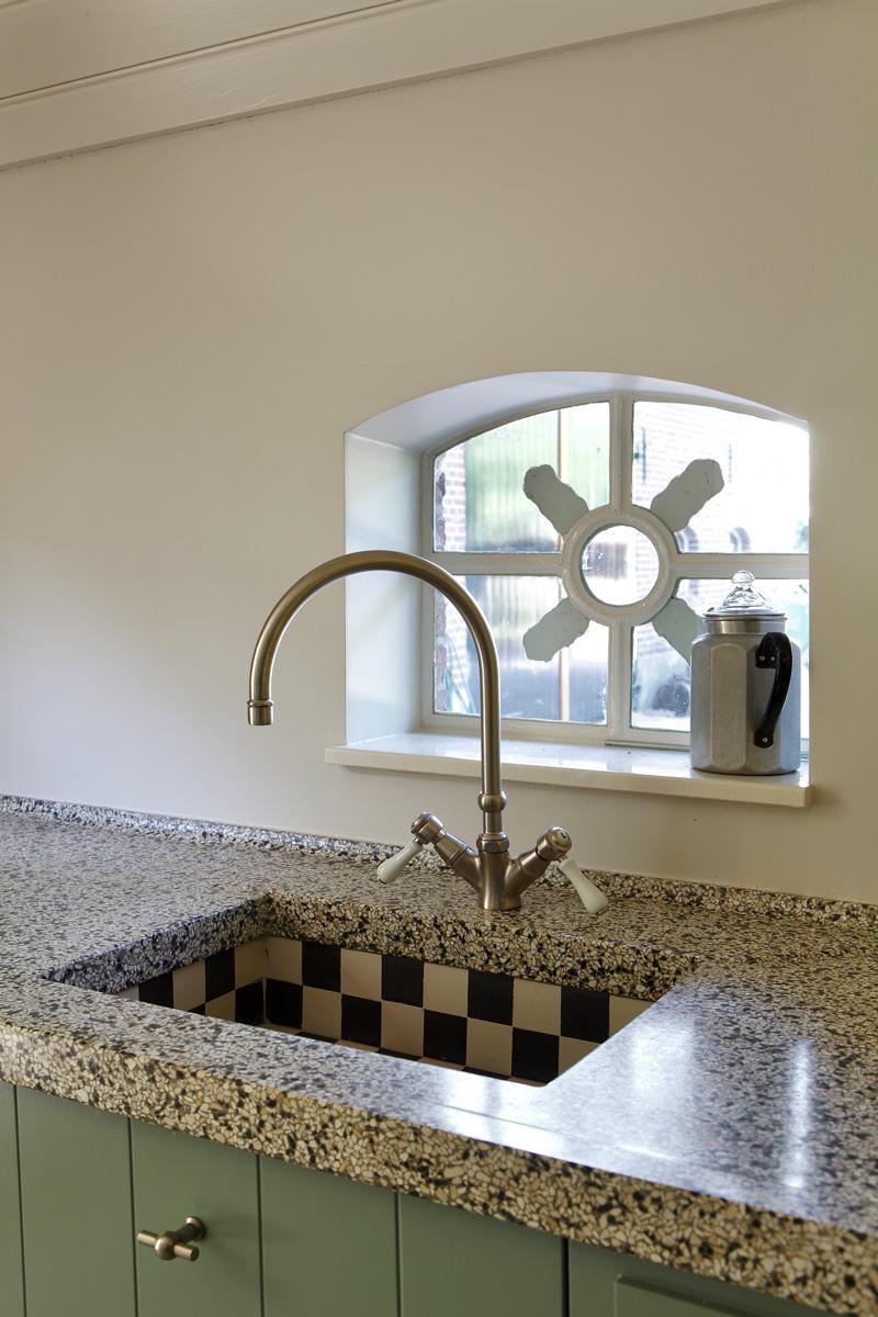 Keuken, kraan, werkblad, natuursteen, landelijke elementen, verbouwing woonboerderij, Marco Daverveld
