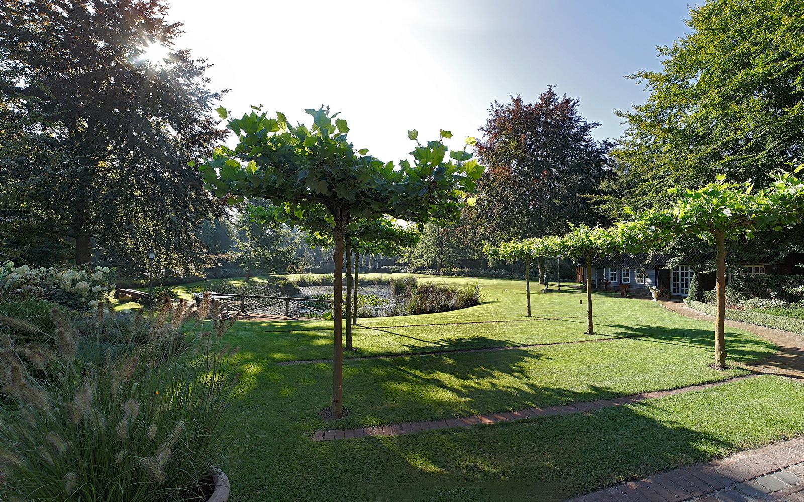 Landschapstuin, vijver, rododendrons, siergrassen, hortensia's, tuin, verbouwing woonboerderij, Marco Daverveld