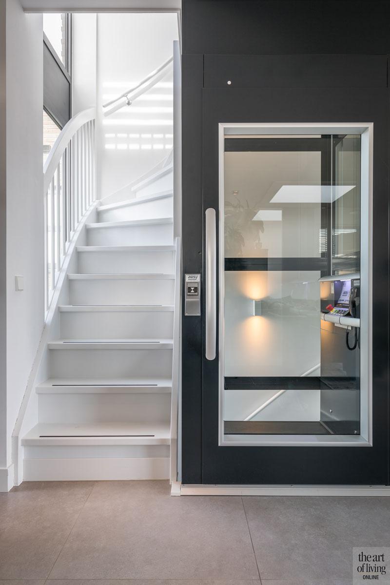 Witte trap, houten vloer, lift, Aesy liften, bovenverdieping, woonlagen, strakke tweekapper, Kabaz, C van der Grift