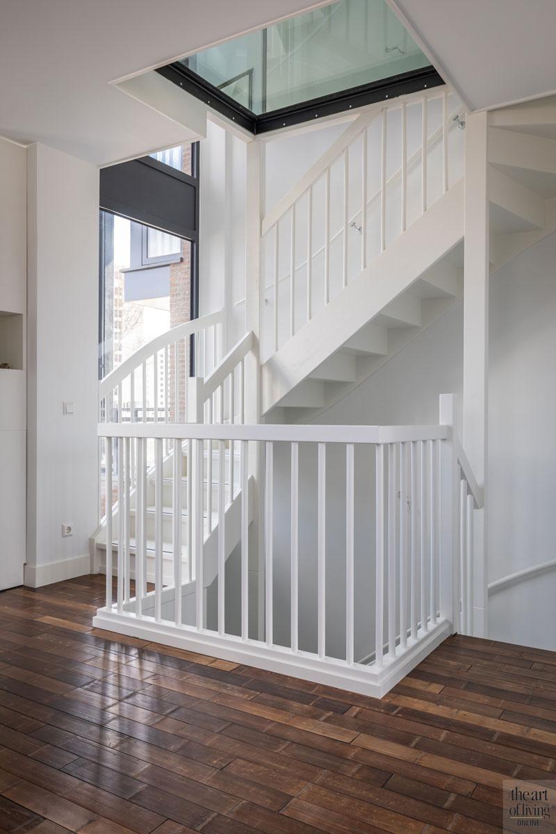 Witte trap, houten vloer, bovenverdieping, woonlagen, strakke tweekapper, Kabaz, C van der Grift