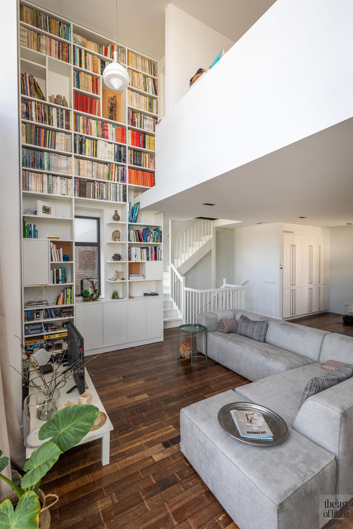 Woonkamer, houten vloer, boekenkast, hoogte, ruimtelijk, zithoek, strakke tweekapper, Kabaz, C. van der Grift