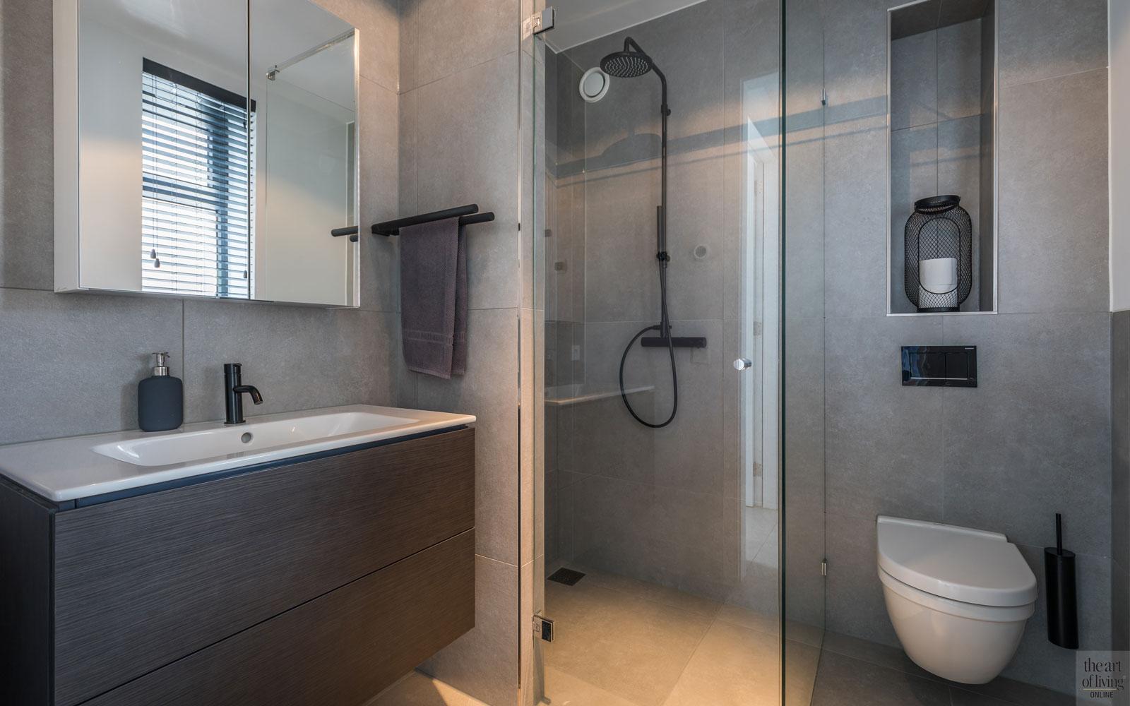 Badkamer, sanitair, wastafel, inloopdouche, regendouche, strakke tweekapper, kabaz, C. van der Grift