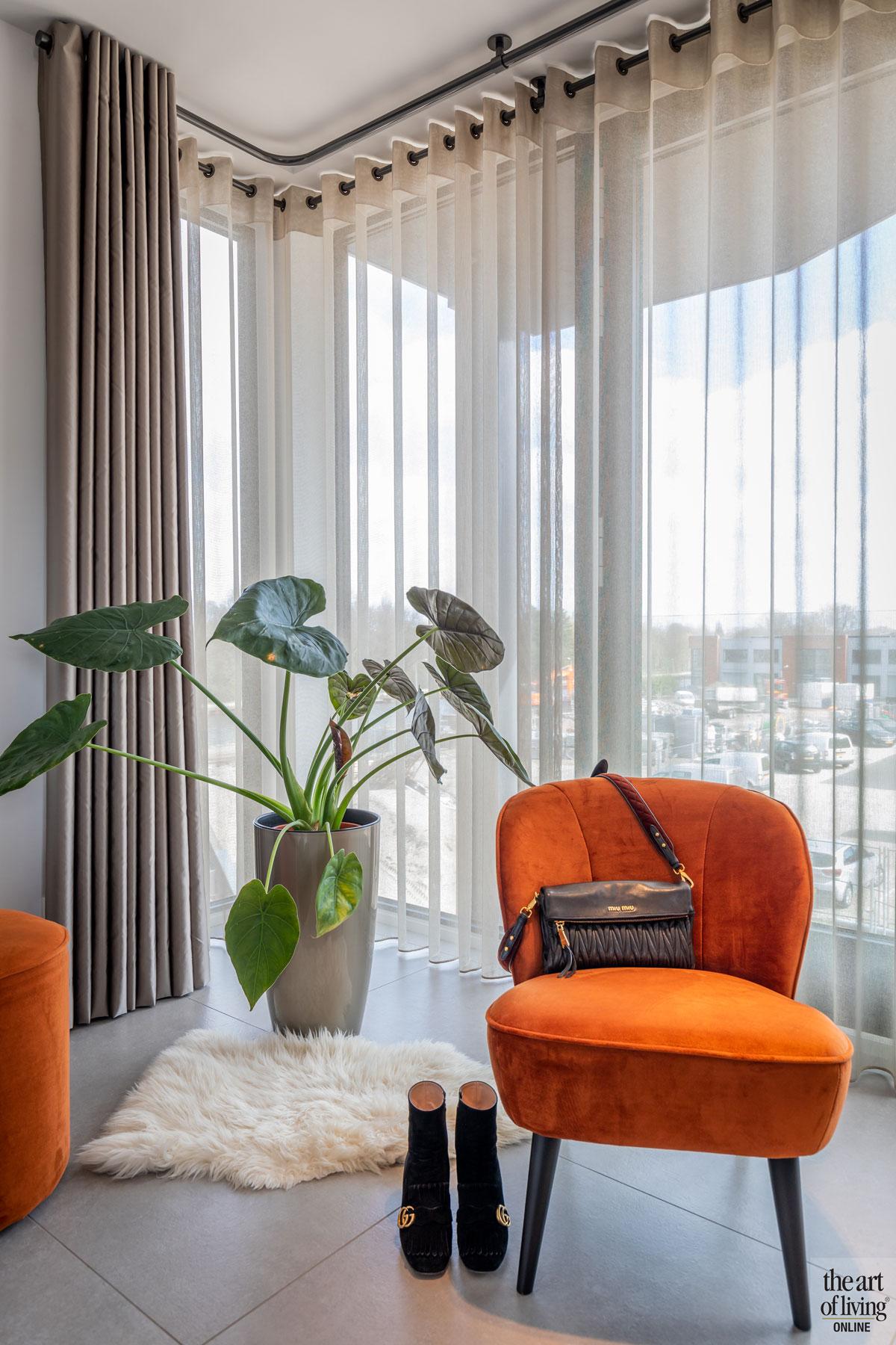 Woonkamer, grote ramen, stoel, chair, strakke tweekapper, Kabaz, C. van der Grift