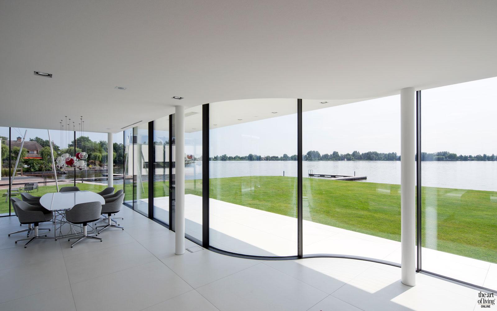 Ronde glaspuien, Skyframe, uitzicht, ramen, villa aan het water, Lab32 architecten