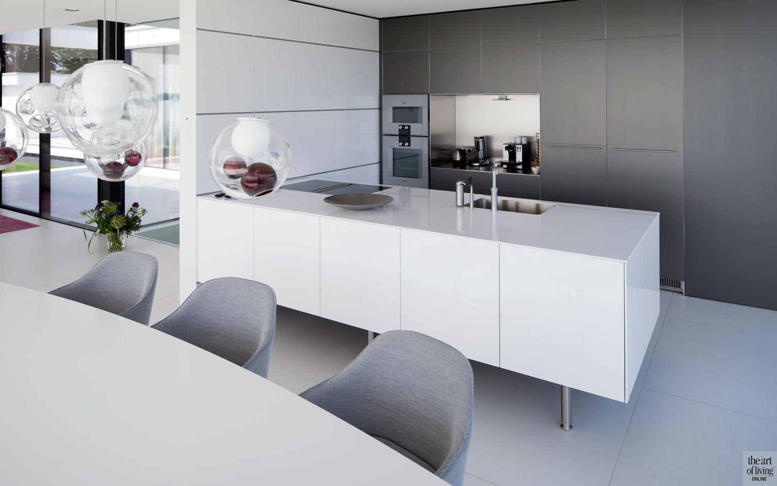 Keuken, strak, wit, maatwerk, Bulthaup, kraan, Quooker, villa aan het water, Lab32 architecten
