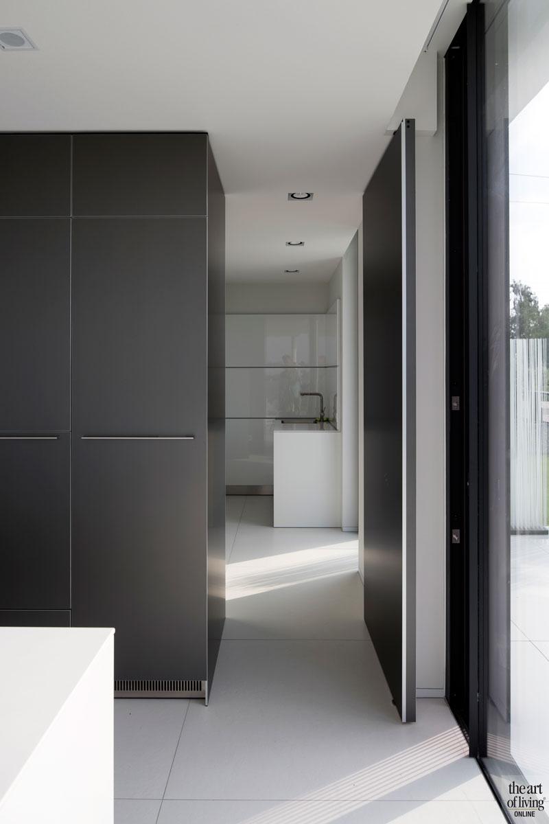 Donker aluminium, stoer, contrast, witte vloer, strak, eenvoud, villa aan het water, Lab32 architecten