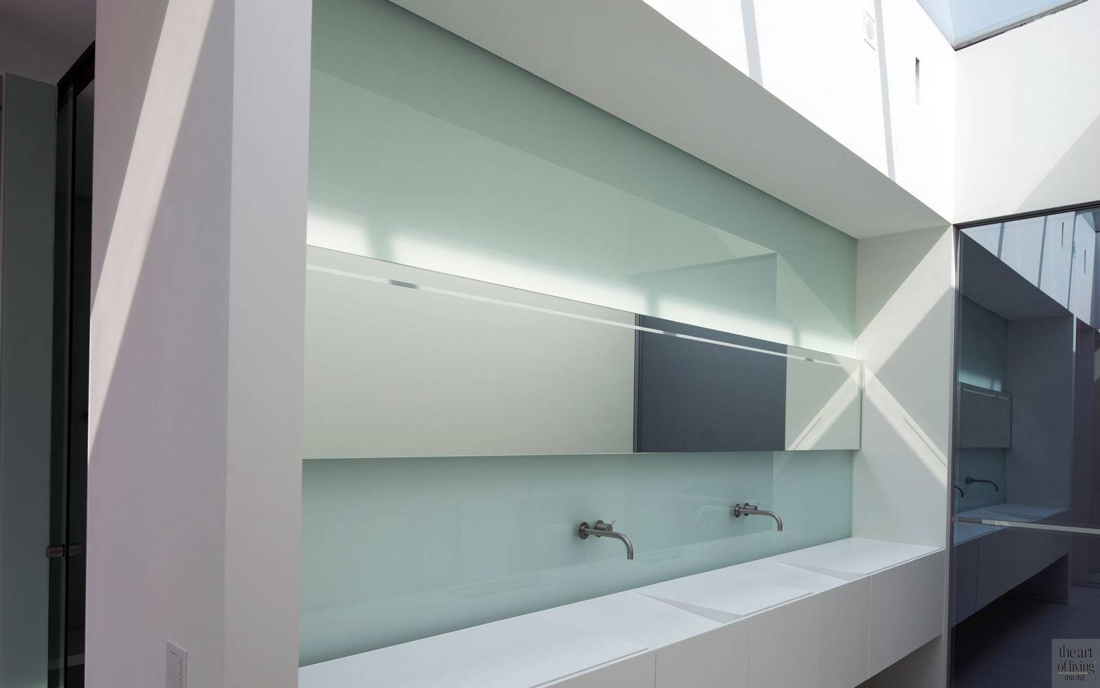 Roestvrijstaal, kraan, VOLA, glazen wandbekleding, matwerk, wastafel, BYOS, villa aan het water, Lab32 architecten