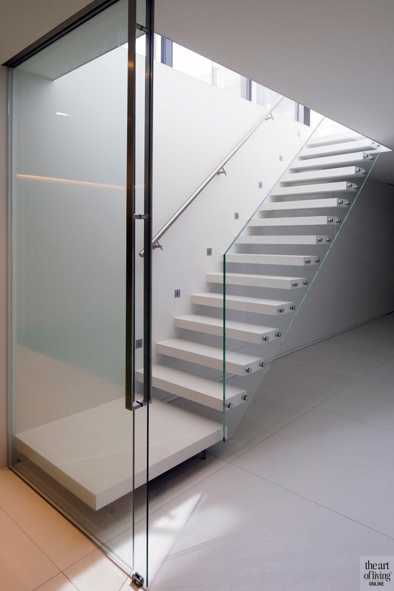 Trap, zwevende treden, wit, glazen balustrade, villa aan het water, Lab32 architecten