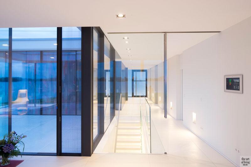 Trap, bovenverdieping, glazen wanden, domotica, MD Service, villa aan het water, Lab32 architecten