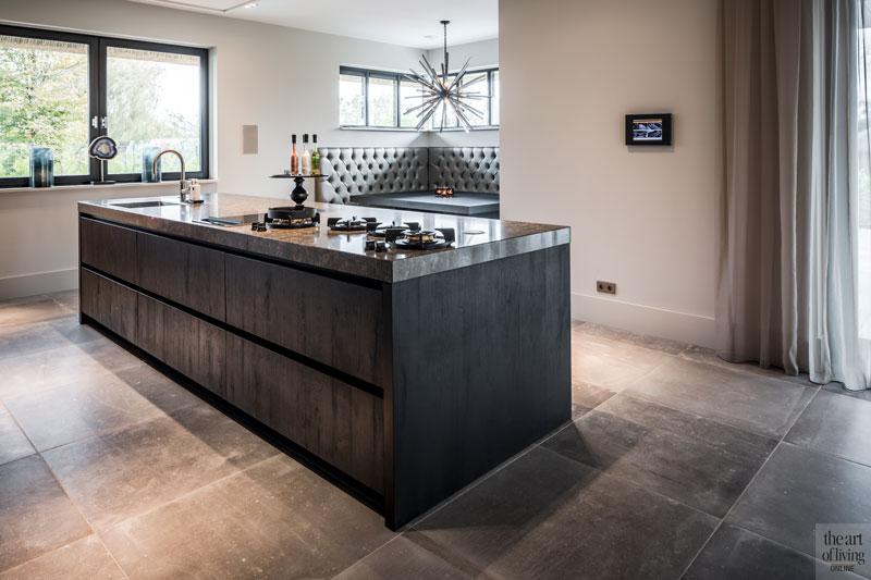 Keuken, leefkeuken, kookeiland, tegelvloer, ruimtelijk, villa met lef, Cindy Philips