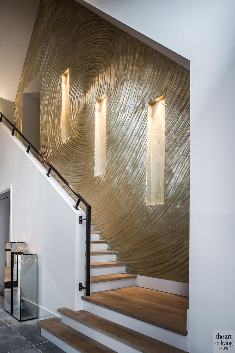 Entree, hal, trap, gouden wand, Creative Minds International, stucwerk, Bevo stukadoors, villa met lef, Cindy Philips