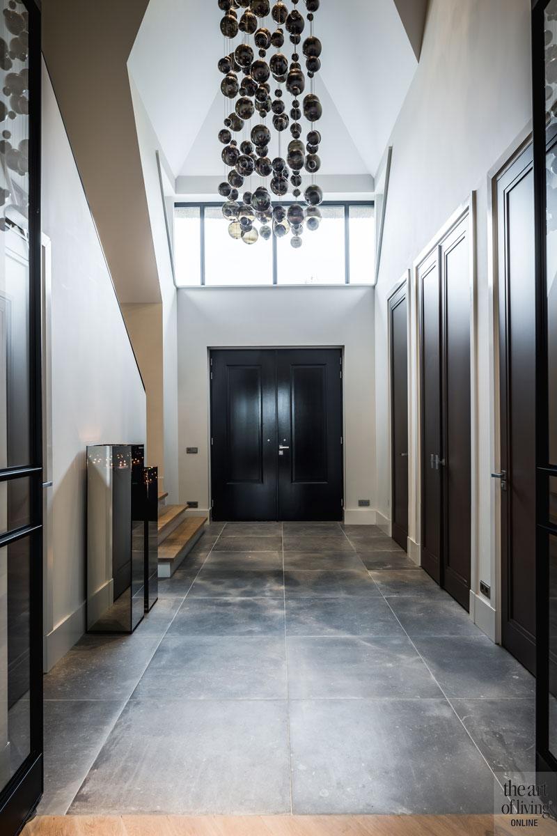 Hal, entree, tegelvloer, metalen deuren, De Rooy Metaaldesign, bollenkampen, Metal Lux, villa met lef, Cindy Philips