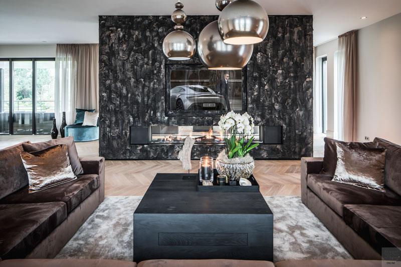 Woonkamer, living, zithoek, eikenhouten vloer, Hongaarse punt, haard, televisie, villa met lef, Cindy Philips