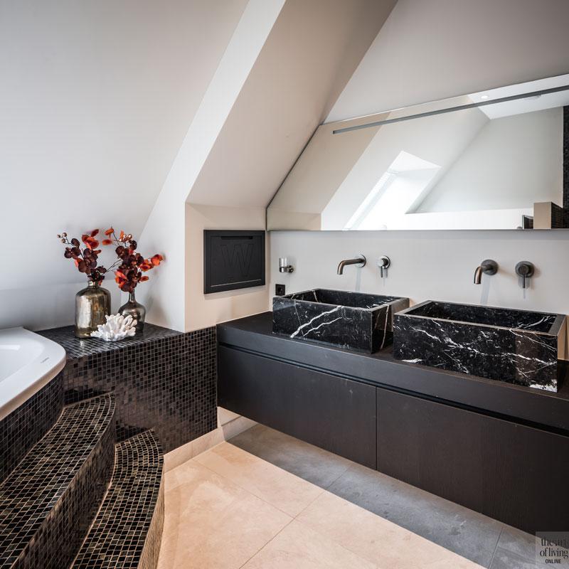 Badkamer, sanitair, mozaiek, bad, wastafel, marmer, villa met lef, Cindy Philips