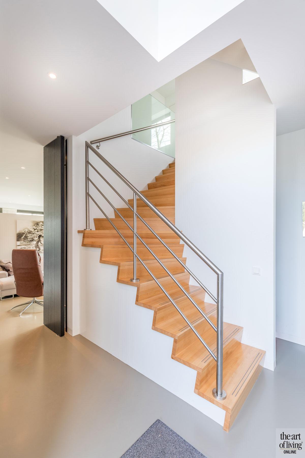 Trap, houten trap, gietvloer, bovenverdieping, vide, duurzame villa, De Vries & Theunissen