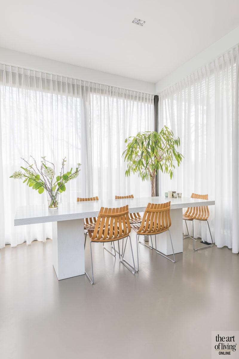 Eettafel, stoeltjes, grote ramen, lichtinval, natuurlijk licht, vitrage, gordijnen, duurzame villa, De Vries en Theunissen