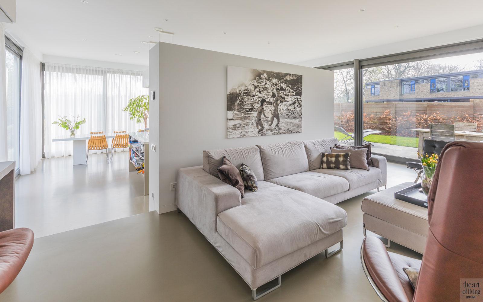 Woonkamer, living, ruimtelijk, gietvloer, grote ramen, lichtinval, duurzame villa, De Vries en Theunissen